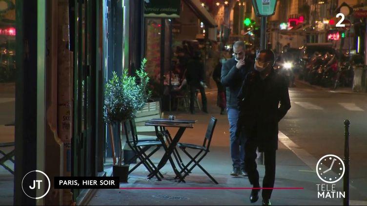 Des Français dans la rue après 21 heures (France 2)