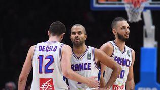 Nando De Colo, Tony Parker et Evan Fournier, le 20 septembre 2015, lors du match pour la 3e place de l'Eurobasket contre la Serbie, à Villeneuve-d'Ascq (Nord). (EMMANUEL DUNAND / AFP)