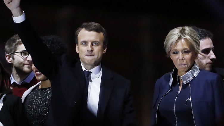 Emmanuel Macron et son épouse, le 7 mai 2017, à Paris. (PATRICK KOVARIK / AFP)
