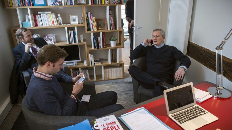 Jérôme Grand d'Esnon (au fond à gauche) discute avec Bruno Le Maire (à droite) dont il dirige la campagne pour la primaire de la droite. (LIONEL BONAVENTURE / AFP)