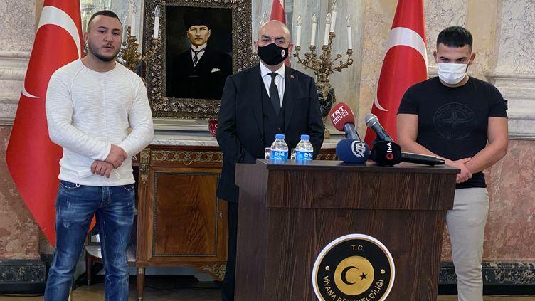 L'ambassadeur de Turquie en Autriche (au centre) reçoitRecep Tayyip Gultekin (à droite) et Mikail Ozen (à gauche), le 3 novembre 2020, à Vienne. (ASKIN KIYAGAN / ANADOLU AGENCY / AFP)