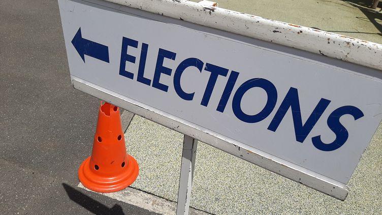 """Un panneau """"élections"""" à l'entrée d'un bureau de vote au Mans (Sarthe), juin 2021. Illustration (JULIE LE DUFF / FRANCE BLEU MAINE / RADIO FRANCE)"""