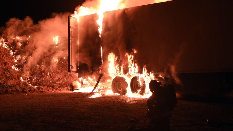 Des agriculteurs bretons ont incendié la remorque d'un camion espagnol transportant de la viande de porc en provenance de ce pays, près de Landivisiau (Finistère), le dimanche 8 mars 2015. (DAMIEN MEYER / AFP)