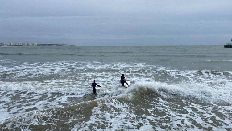 Certains surfeurs n'hésitent pas à braver l'interdiction durant le confinement, pour leur bien être expliquent-ils, aux Sables d'Olonne (Vendée) le 15 novembre 2020. (FANNY LECHEVESTRIER / DIR SPORTS)