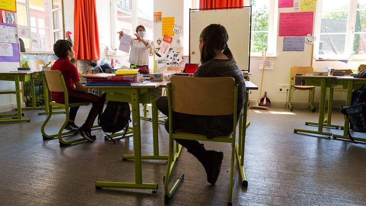 Une institutrice donne cours à Mulhouse (Haut-Rhin), le 18 mai 2020. (SEBASTIEN BOZON / AFP)