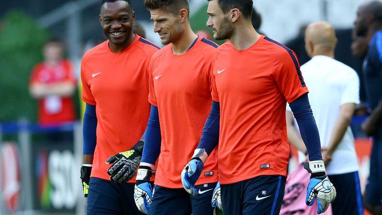 Les gardiens de l'équipe de France, Steve Mandanda, Benoît Costil et Hugo Lloris, le 9 juin au Stade de France. (CIAMBELLI / SIPA)