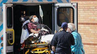 Les populations afro-américains sont particulièrement touchée par l'épidémie de coronavirus qui touche actuellement les États-Unis. Ici une patiente est amenée à l'hôpital Wyckoff, à New York, le 6 avril 2020. (BRYAN R. SMITH / AFP)