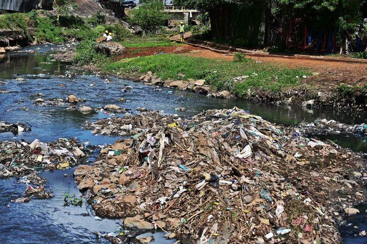 La rivière Nairobi, qui traverse la capitale du Kenya, charie des centaines de tonnes de détritus, en particulier des plastiques. (TONY KARUMBA / AFP)