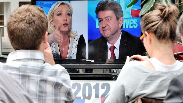 Marine Le Pen et Jean-Luc Mélenchon débattent lors de la campagne des législatives de 2012. (PHILIPPE HUGUEN / AFP)