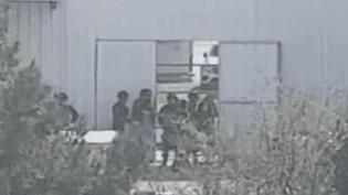 Des gendarmes du GIGN positionnés autour du magain Super U visé par une prise d'otages à Trèbes (Aude), le 23 mars 2018. (FRANCE 2)