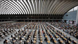 Des candidats pour le concours d'entrée en fac de médecine, à Nice, le 22 mai 2012. (CYRIL DODERGNY / MAXPPP)