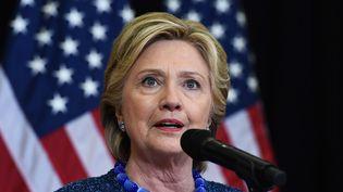 Hillary Clinton, lors d'une conférence de presse sur la réouverture de l'affaire des mails par le FBI, le 28 octobre 2016. (JEWEL SAMAD / AFP)