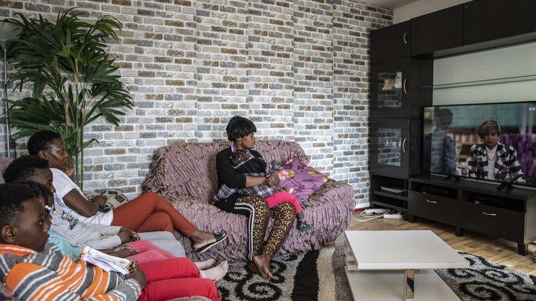 Une famille confinée regarde la télévision dans son appartement de Compiègne, dans l'Oise, le 18 mars 2020. (ANTONI LALLICAN / HANS LUCAS / AFP)