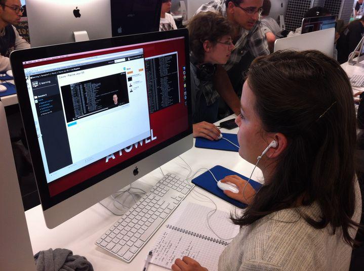 """Des tutoriels vidéo apprennent aux élèves de 42 à maîtriser les commandes de base du """"shell"""", utilisé pour piloter le système d'exploitation sans passer par une interface graphique. (MARION SOLLETTY / FRANCETV INFO)"""