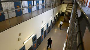 Un détenu retourne dans sa cellule dans la prison des Baumettes, à Marseille (Bouches-du-Rhône), le 13 février 2021. (NICOLAS TUCAT / AFP)