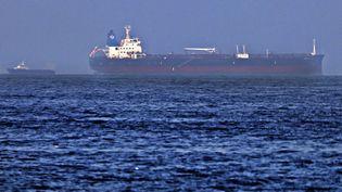 """Le pétrolier """"Mercer Street"""", le 3 août 2021, quelques jours après avoir été la cible d'une attaque au large d'Oman. (KARIM SAHIB / AFP)"""