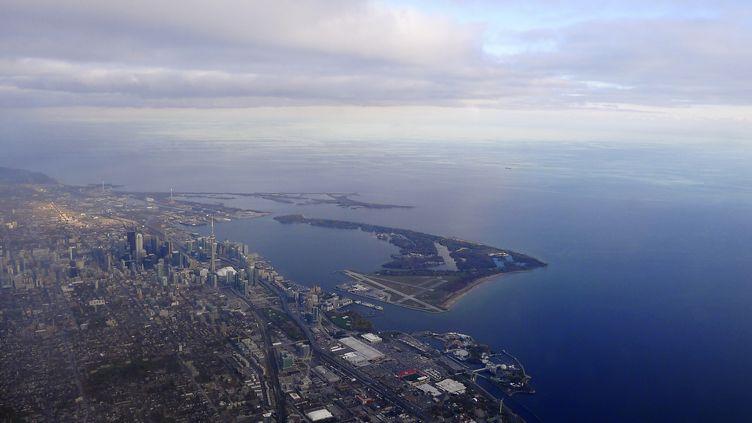 Vue aérienne de la ville de Toronto(Canada), au bord du lac Ontario, dans lequel un torse a été retrouvé le 5 septembre 2012. (GARY HERSHORN / REUTERS)