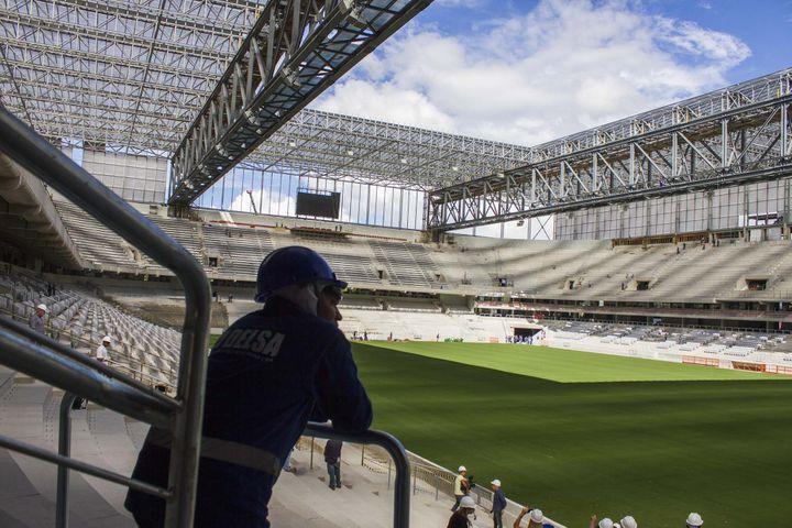 Le stade de Curitiba (Brésil), qui accueillera quatre matchs de la Coupe du monde, ne sera livré que le 15 mai 2014. (PAULO LISBOA / BRAZIL PHOTO PRESS / AFP)