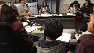 Franck Ballanger au micro de franceinfo junior, une émission en partenariat avec le magazine d'actualités pour enfants 1jour1actu et 1jour1actu.com. (franceinfo junior)