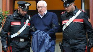 Le chef de la mafia sicilienne Settimo Mineo, entouré par deux policiers à Palerme (Sicile), le 4 décembre 2018. (ALESSANDRO FUCARINI / AFP)