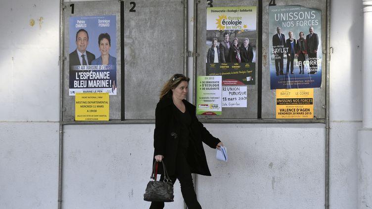 Des affiches pour les élections départementales à Valence d'Agen (Tarn-et-Garonne), le 11 mars 2015. (PASCAL PAVANI / AFP)