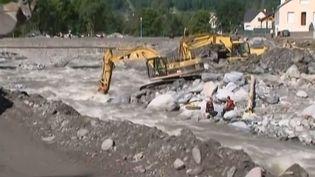 Depuis dimanche 23 juin, les bulldozers sont à l'œuvre pour tracer une piste conduisant à Viella (Hautes-Pyrénées). ( FRANCE 3 / FRANCETV INFO)