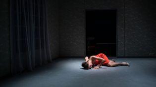 """Au théâtre de Belleville, """"Hedda"""" de Lena Paugam est un des seuls spectacles visibles à Paris cet été. (PAULINE LE GOFF)"""