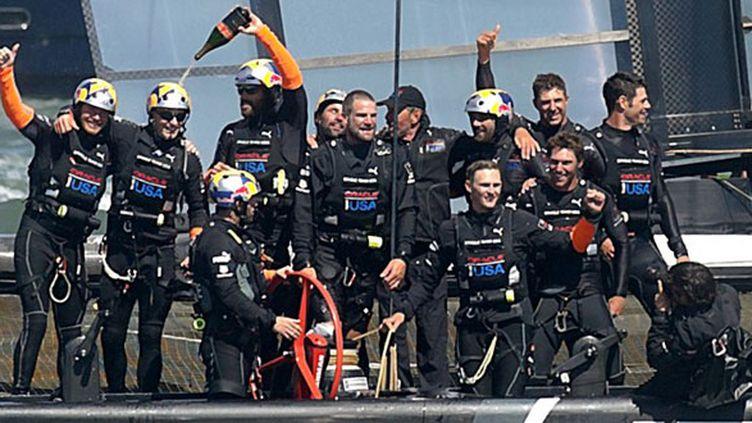 Champagne à bord d'Oracle Team USA, vainqueur de la 34e Coupe de l'America