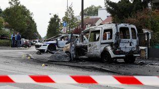 Le véhicule de police visé par un jet decocktails Molotov le 8 octobre 2016 à Viry-Châtillon (Essonne). (THOMAS SAMSON / AFP)