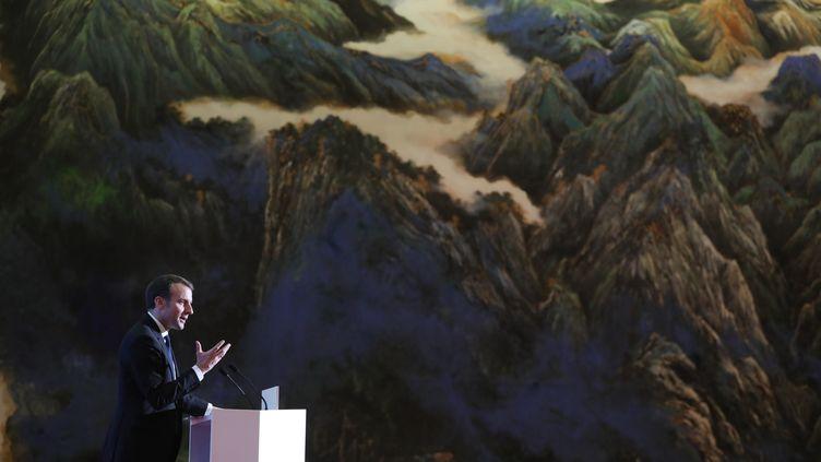 Le président français Emmanuel Macron lors d'un discours au palais de Daminggong, à Xian, lors d'une visite d'Etat en Chine, le 8 janvier 2018. (LUDOVIC MARIN / AFP)