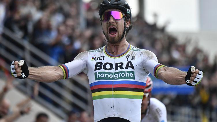 Sagan soulève les bras de son 2e monument de sa carrière. (JEFF PACHOUD / AFP)