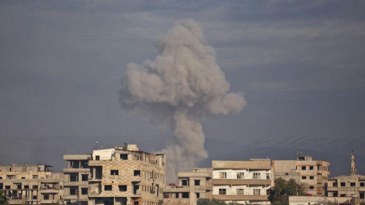 Un bombardement dans la région de la Ghouta orientale en Syrie, le 21 février. (AMER ALMOHIBANY / AFP)