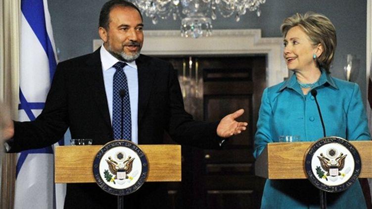 Les chefs de la diplomatie israélienne et américaine, Avigdor Lieberman et Hillary Clinton le 17 juin 2009 (© AFP/KAREN BLEIER)