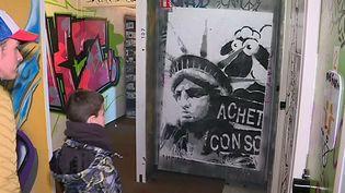 """Avant sa destruction, l'hôtel Formule 1"""" a été livré aux graffeurs. L'esposition éphémère est ouverte au public.  (France3/Culturebox)"""