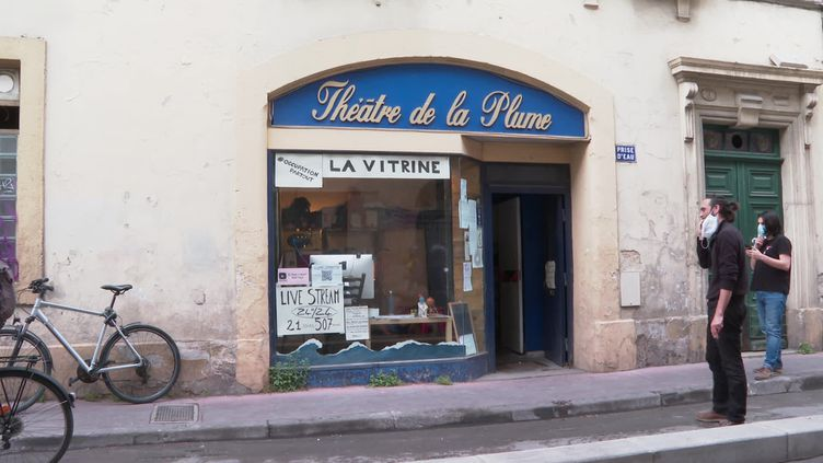 La vitrine du théâtre de la Plume transformée en scène pour un marathon artistique de 507 heures. (CAPTURE D'ÉCRAN FRANCE 3 / V. Banabera)