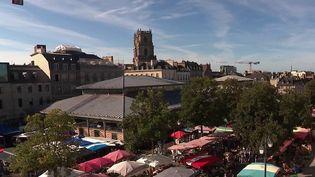 """Dans sa rubrique """"Chemins de traverse"""", la rédaction du 13 Heures vous emmène à Rennes en Bretagne découvrir le cœur de la Place des Lices, l'un des hauts lieux des tournois du Moyen-Âge.  (CAPTURE D'ÉCRAN FRANCE 2)"""