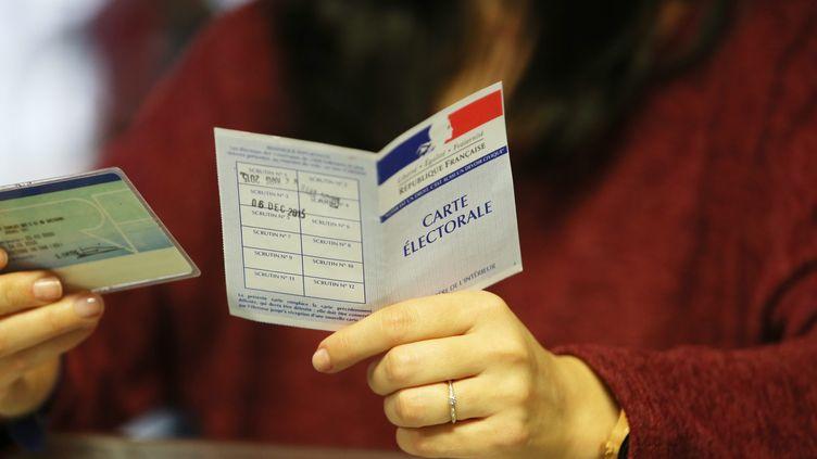 Une personne vote au deuxième tour des élections régionales à Hyères (Var), le 13 décembre 2015. (MAXPPP)