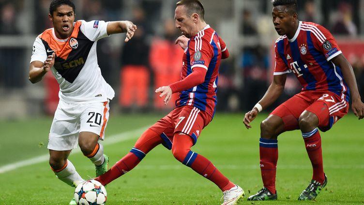 Après avoir affronté le Bayern Munich cette saison en Ligue des champions, Douglas Costa en portera désormais les couleurs. (ODD ANDERSEN / AFP)