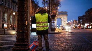 """Un """"gilet jaune"""" se tient sur les Champs-Elysées (Paris), le 5 janvier 2019. (GEOFFROY VAN DER HASSELT / AFP)"""