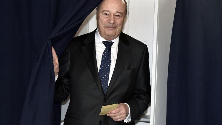 Jean-Michel Baylet, président du Parti radical de gauche, vote au premier tour des élections départementales, le 22 mars 2015, à Valence-d'Agen (Tarn-et-Garonne). (PASCAL PAVANI / AFP)
