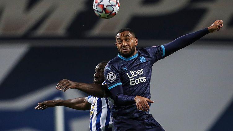 Jordan Amavi au duel avec Moussa Marega, le 3 novembre 2020, lors du match Porto-Marseille, à Porto (Portugal). (CARLOS COSTA / AFP)