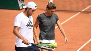Amélie Mauresmo et Lucas Pouille, lors d'un entraînement à Roland-Garros, en mai 2019. (CHRISTOPHE SAIDI/SIPA)