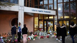 Des élèves du collège du Bois d'Aulne rendent hommage à Samuel Paty, le 17 octobre 2020 àConflans-Sainte-Honorine (Yvelines). (BERTRAND GUAY / AFP)