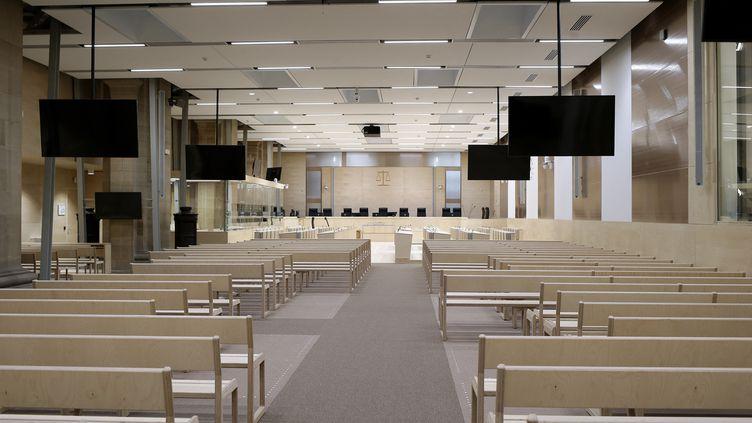 La salle spécialement amménagée dans laquelle va se tenir le procès des attentats du 13 novembre 2015 à Paris. (BRUNO COUTIER / BRUNO COUTIER)
