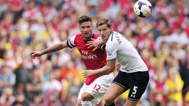 Olivier Giroud (Arsenal) à la lutte avec Jan Vertonghen (Tottenham)