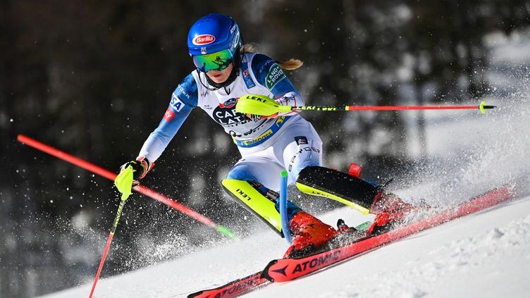 Mikaela Shiffrin sous pression après la première manche du slalom féminin ce samedi 20 février (FABRICE COFFRINI / AFP)
