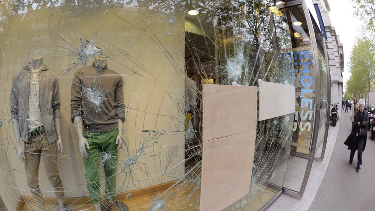 Une vitrine vandalisée, le 14 mai 2013, à Paris, au lendemain des violences commises en marge de la cérémonie de remise du trophée de champion de Ligue 1 au PSG. (BERTRAND GUAY / AFP)