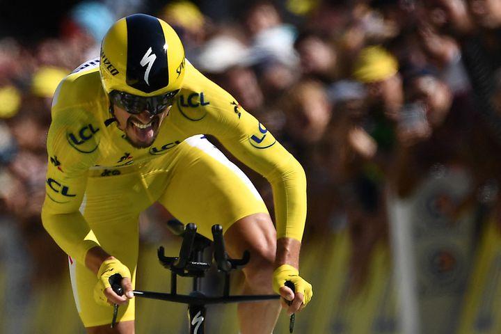 Julian Alaphilippe vainqueur du contre-la-montre autour de Pau lors de la 13e étape du Tour de France 2019, le 19 juillet 2019. (JEFF PACHOUD / AFP)