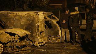 Des voitures ont été brûlées, jeudi 24 novembre, à Beaumont-sur-Oise (Val d'Oise), pour contesterl'incarcération de deux frères d'Adama Traoré, mardi.  (GEOFFROY VAN DER HASSELT / AFP)