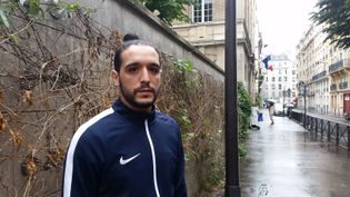 Mohssen Oukassi, dans le 14e arrondissement de Paris, le 29 mai 2018. (YANN THOMPSON / FRANCEINFO)